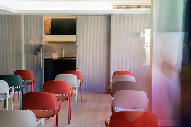 Vista de una de las salas de la nueva sede del consulado general de Italia en Barcelona  con los colores de la bandera italiana
