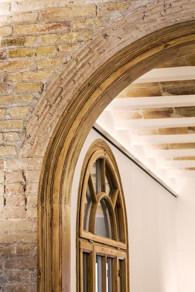 Otros detalles también recuperados son  la capa de obra vista en algunas paredes  y alrededor de los arcos, donde aparecieron,las antiguas rasillas cerámicas.