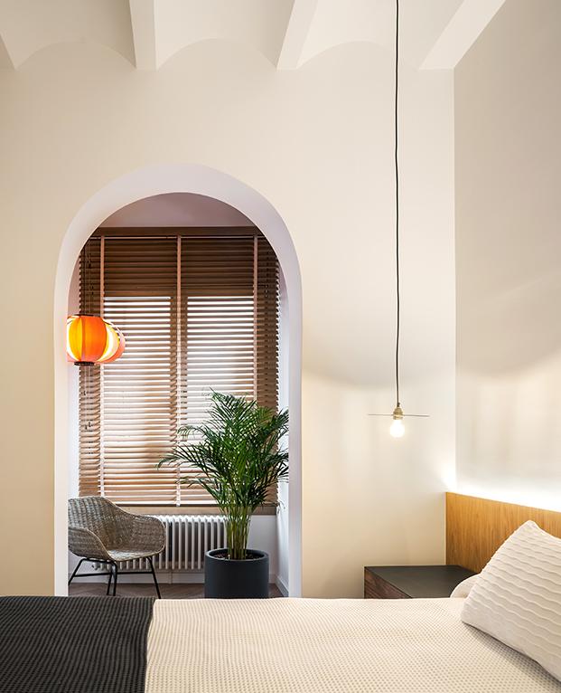 Madera y ambiente natural para uno de los dormitorios del antiguo piso en Barcelona