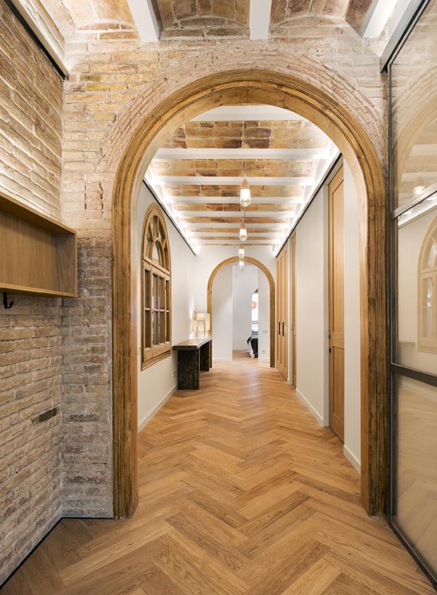 Reforma en Bonanova de un piso con paredes de ladrillo visto. Dom Arquitectura