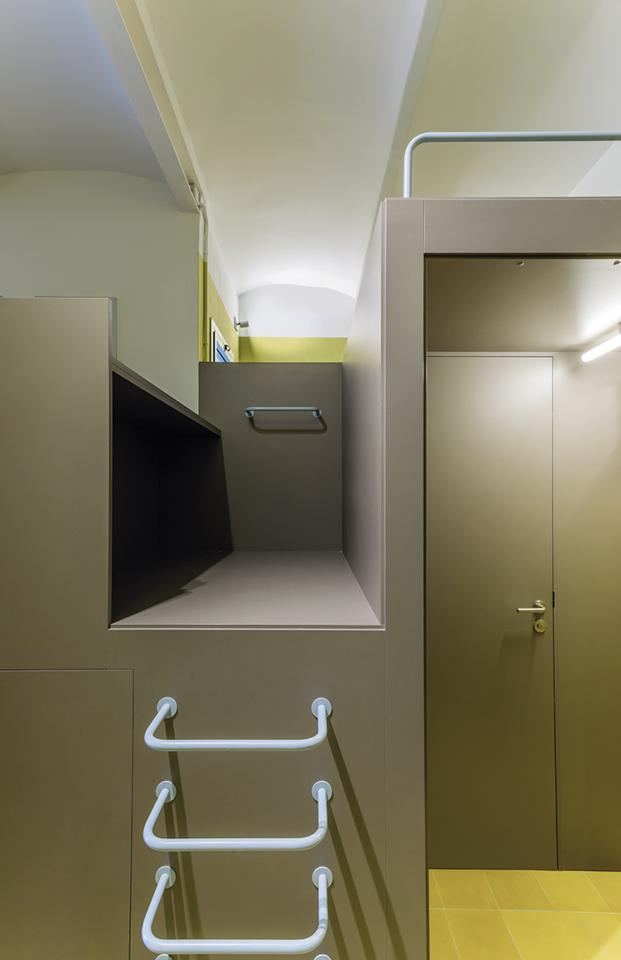 Vista del elemento cúbico que sirve para distribuir los 60 m2 del  apartamento y las escaleras que suben al altillo