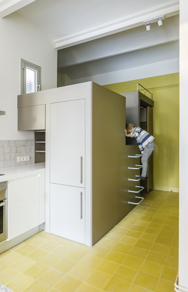 El altillo del armario convertido en una atalaya que sirve como refugio y zona de juegos
