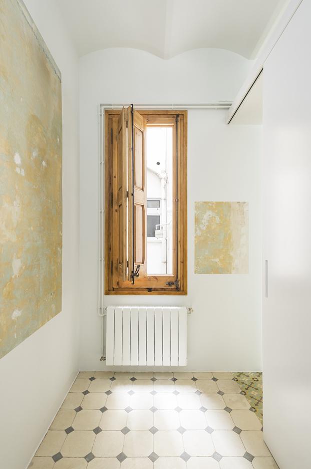 La carpintería de madera original de todo el apartamento de 60 m2 en Barcelona ha podido ser restaurada y recuperada