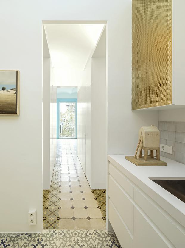 Vista desde la cocina de los distintos pavimentos de suelo hidraúlico y del pasillo de armarios que no llegan al techo