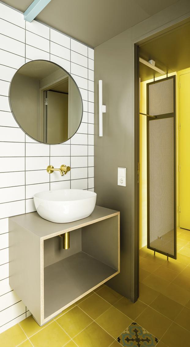 Vista del cuarto de baño con muebles realizados a medida y en la que los materiales nuevos conviven con los azulejos originales recuperados
