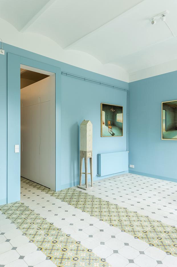 El  pavimento hidraúlico es otro de las estrellas del apartamento. Se han recuperado los antiguos que conviven con nuevas baldosas cerámicas