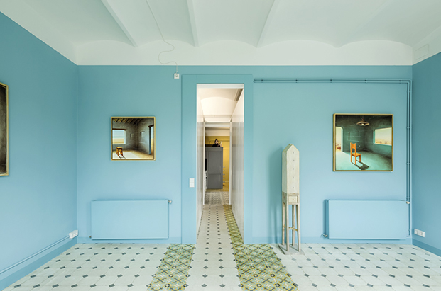 Desde el salón vista del pasillo que conduce a la cocina y el cuarto de baño.