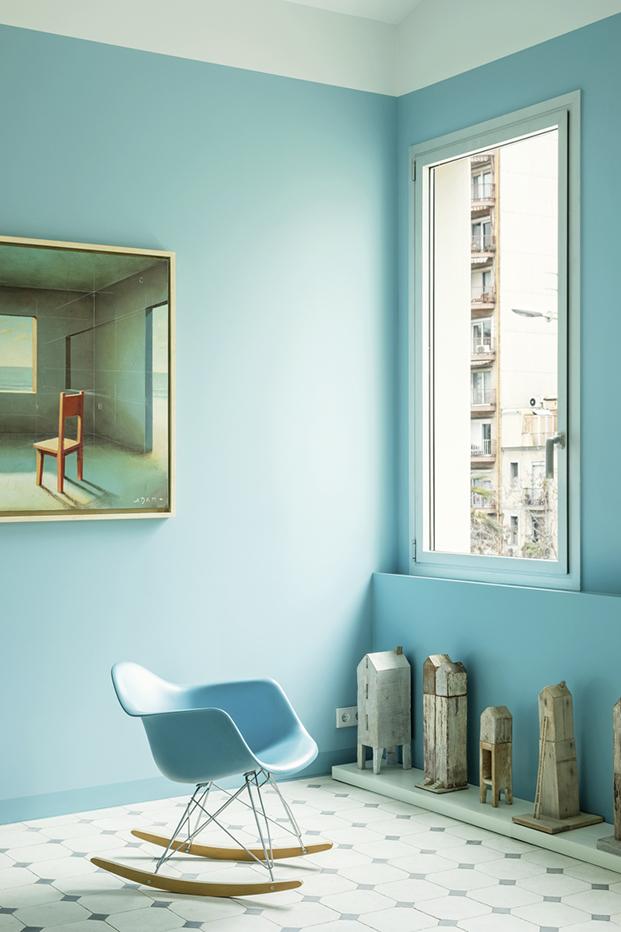 El color azul, el arte de Fernando Adam y una silla de los Eames protagonistas de este apartamento de 60 m2 en Barcelona