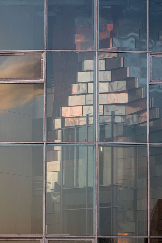 Inaugurado el centro de exposiciones LUMA Arles, Parc des Ateliers, con una gran torre de paneles de acero proyectada por el arquitecto Frank Ghery.