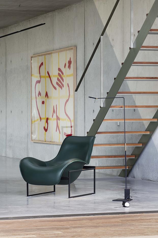 La butaca Mart un diseño de Antonio Citterio para B&B Italia una de las piezas estrellas de la decoración de la casa brutalista en la costa Brava. El tapiz es de Celia Picard y Hannes Schreckensberger