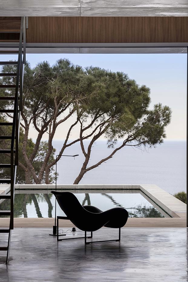 La butaca Mart un diseño de Antonio Citterio para B&B Italia una de las piezas estrellas de la decoración de la casa brutalista en la costa Brava