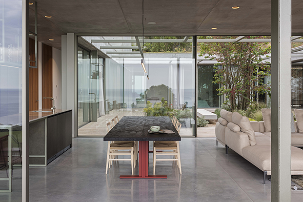 El comedor, conectado con el salón y el patio interior que es el corazón de la casa. La mesa es de Lema y la lámpara de Anour