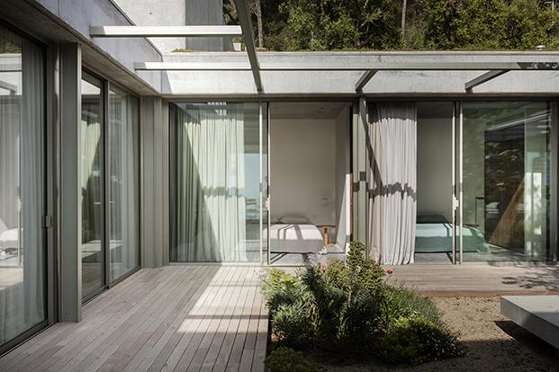 Vita del jardín interior al que se abren los dormitorios de la planta baja que cuentan con un ventanal abierto al jardín