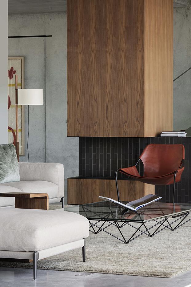 Mobiliario hecho a medida y de diseño italiano componen la decoración de la casa brutalista en la costa brava. las butacas de SIllón Paulistano de Paulo Mendes Da Rocha para Objekto