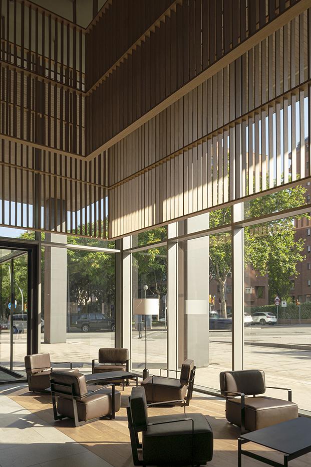 El lobby se abre a la ciudad de Barcelona