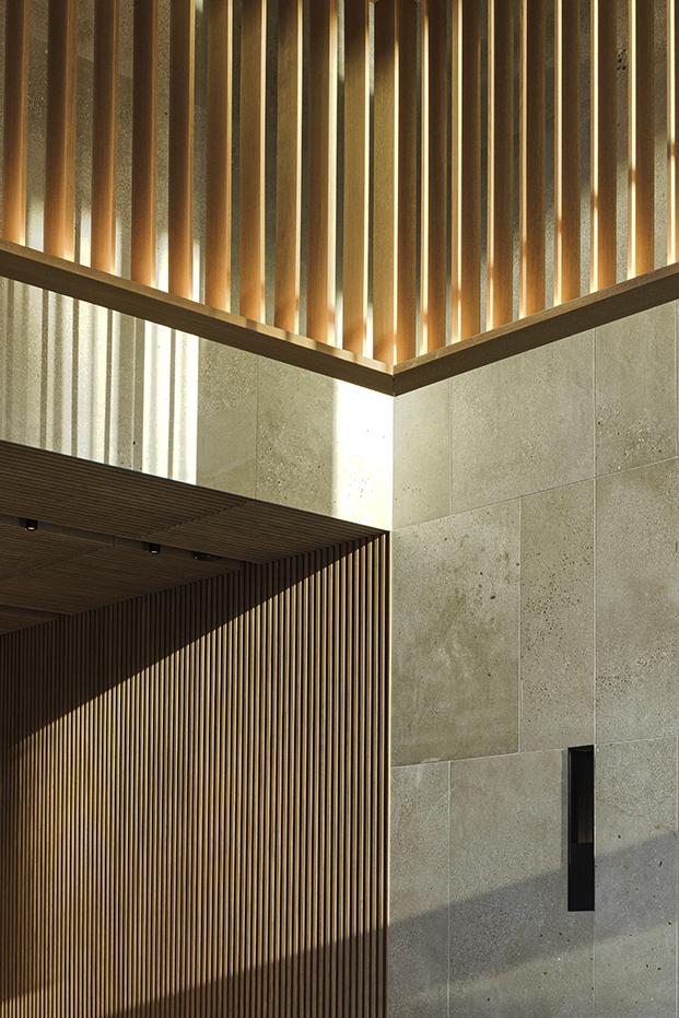 Detalles de la luz en la entrada de los edificios Torres Sarrià reformados por Francesc Rifé