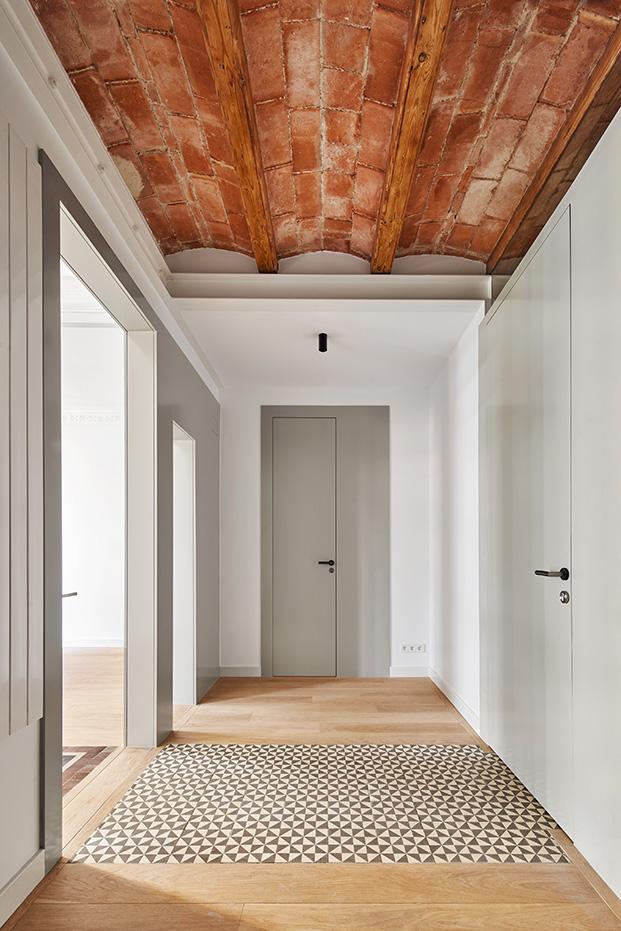 Vista de las puertas camufladas en las paredes que conectan la vivienda y el estudio