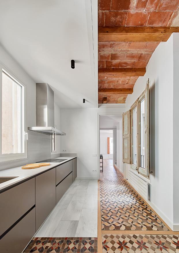 La cocina es de la firma Santos y cuenta con un pavimento que comparte el mármol con vestigios de los hidraúlicos originales de la casa