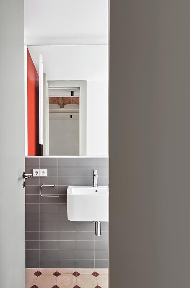 El gris es el color elegido para los nuevos cuartos de baño de la vivienda rehabilitada en el Eixample