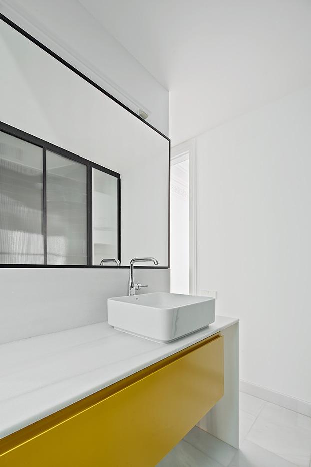 El mármol ha sido el material elegido para realizar los nuevos cuartos de baño en la vivienda rehabilitada en el Eixample