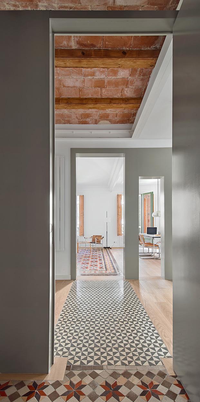 El techo de volta catalana y los suelos hidraúlicos recuperados conviven con nuevos materiales en la vivienda rehabilitada en el Eixample
