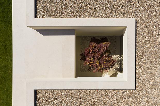 El estudio portugués dirigido por Diamantino Pinho, dp Arquitectos, ha diseñado esta casa escultural en Ribatejo, Portugal, al norte de Lisboa.