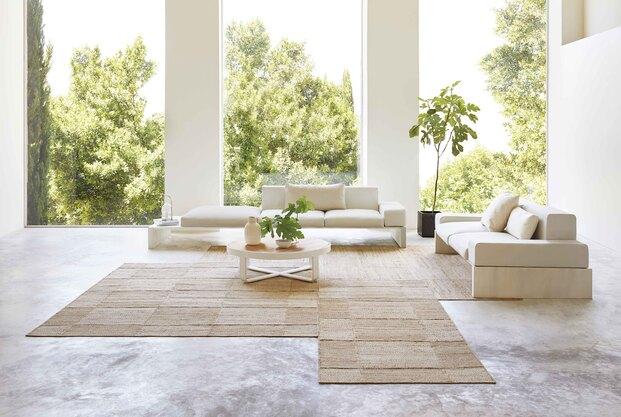 La nueva colección ROOTS de Inma Bermúdez para GAN se compone de cuatro kilims de yute y algodón y dos pequeños taburetes de aspecto natural.