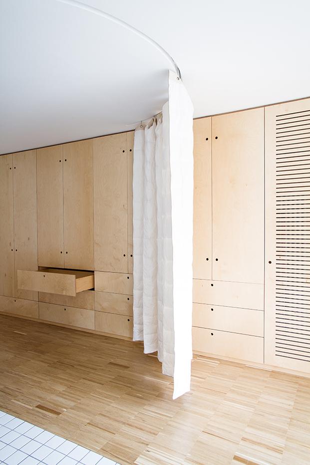 Un piso pequeño en Madrid resuelto con cortinas