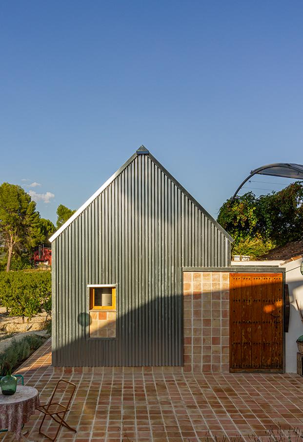 La Casica del Abuelo bodega familiar en Murcia reconvertida por meeecarquitectos en un pequeño espacio de 40 m2 totalmente sostenible.