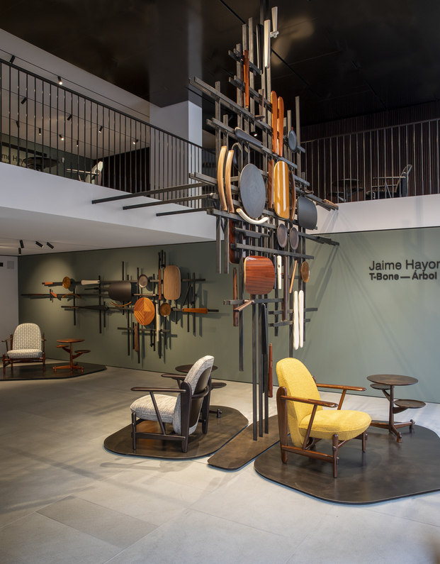 Ceccotti Collezioni. Instalación y  edición limitada butaca T-Bone de Jaime Hayon en la Milano Design Week 2021.