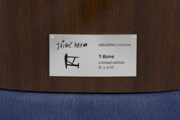 Ceccotti Collezioni. Instalación y  edición limitada butaca T-Bone de Jaime Hayon en la Milano Design Week 2021. Tapicería Livio De Simone. Plana firmada y numerada.