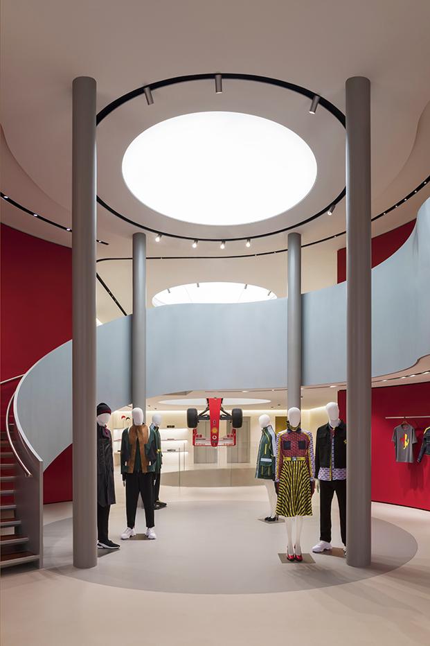 Nueva tienda Ferrari en Milán diseñada por Sybarite