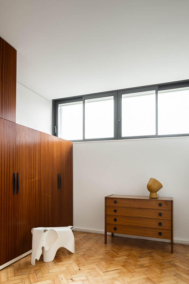 Una reforma en Oporto que respeta y moderniza el estilo original de 1956. Armarios