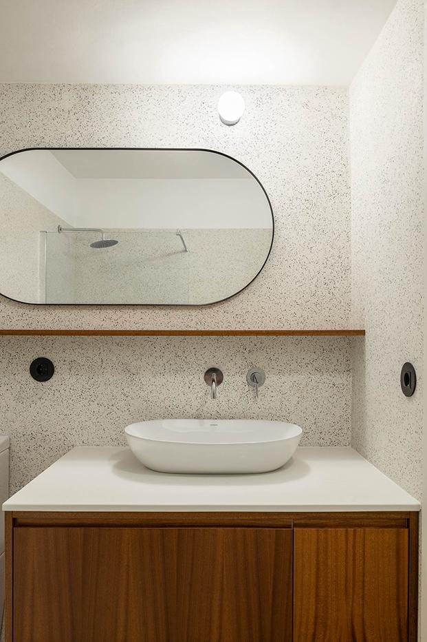 Una reforma en Oporto que respeta y moderniza el estilo original de 1956. Baño
