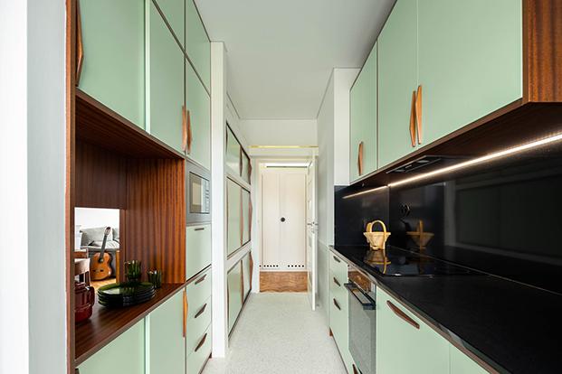 Una reforma en Oporto que respeta y moderniza el estilo original de 1956. Cocina verde