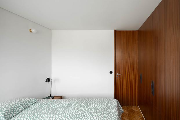 Una reforma en Oporto que respeta y moderniza el estilo original de 1956. Dormitorio