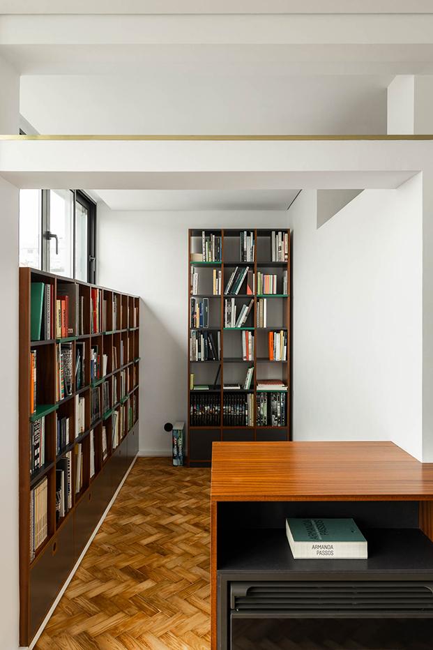 Una reforma en Oporto que respeta y moderniza el estilo original de 1956. Estudio. Estanterías