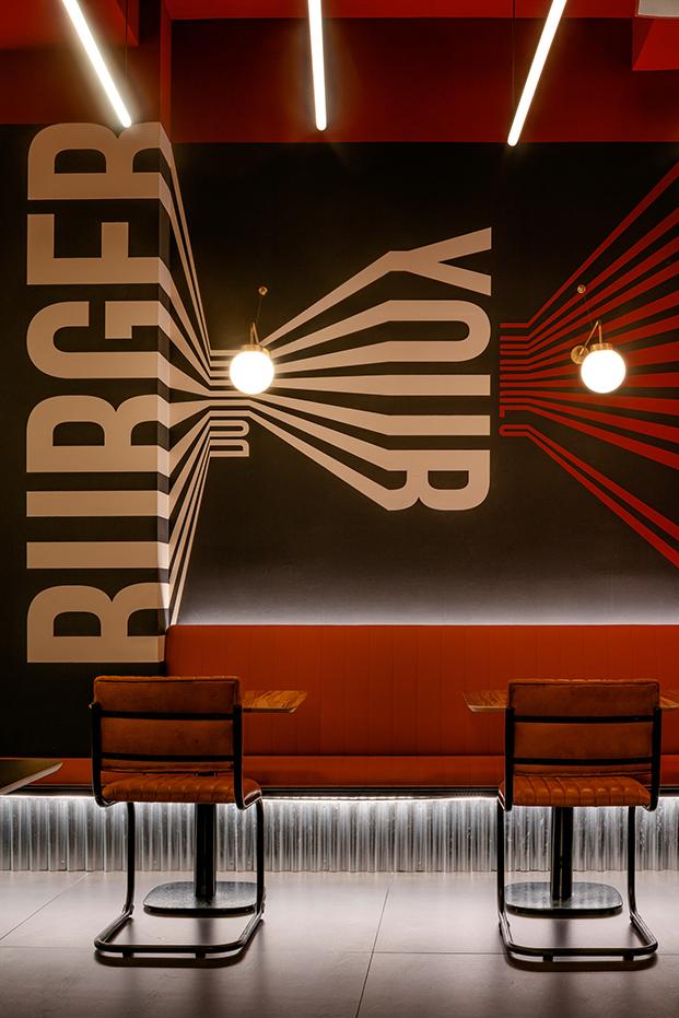 Frankie's Burger Bar. Hamburguesería en el centro de Valencia. Proyecto interior de Samaruc Estudio. Imagen gráfica de Creatias Estudio.