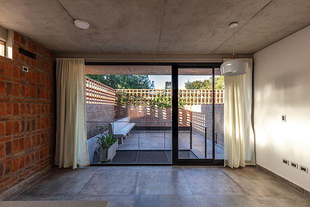 El estudio Arqtipo ha diseñado un edificio de viviendas en Buenos Aires que explora las capacidades constructivas y estéticas del ladrillo visto.